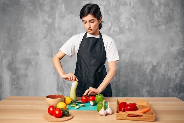 Hausfrau kocht gesundes essen schneidebrett