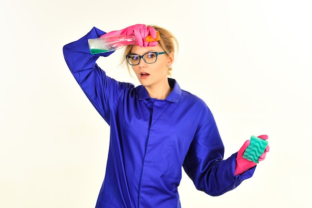 Hausfrau mit reinigungsservice und arbeitskonzept müde frau hält reinigungswerkzeuge