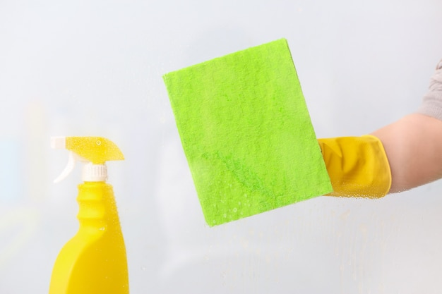 Hausfrau putzt fenster zu hause