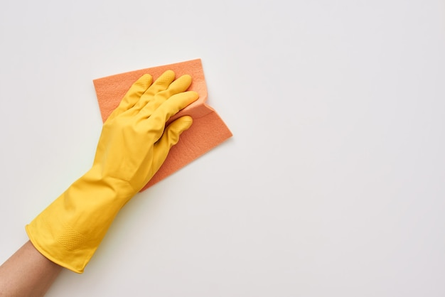Hausfrau putzt. reinigungstuch in menschlichen händen isoliert