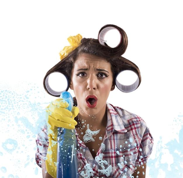 Hausfrau reinigt mit seife und waschmittelspray