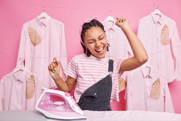 Hausfrau streichelt kleidung oder wäsche