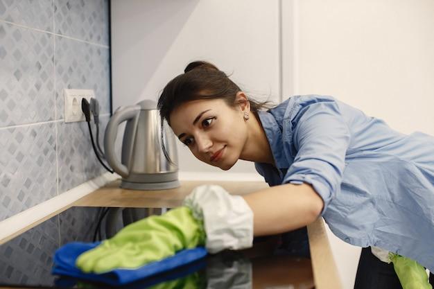 Hausfrau wacht zu hause auf.