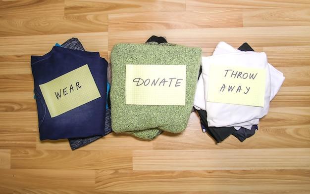 Hausgarderobe mit verschiedenen kleidungsstücken. sortierung der saisonalen kleidung. kleine raumorganisation.