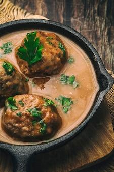 Hausgemachte albondigas mit spanischer sauce