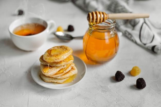 Hausgemachte amerikanische pfannkuchen mit honigsirup