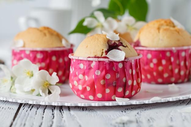 Hausgemachte apfelkuchen verzierten apfelblüte auf weißem holzschreibtisch