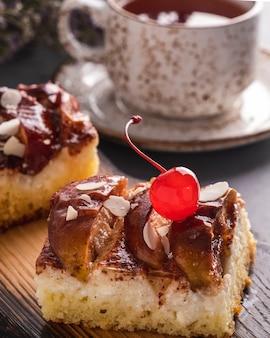 Hausgemachte apfelkuchenscheibe mit mandelflocken und puderzucker. leckerer apfelkuchen. nahaufnahme
