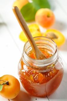 Hausgemachte aprikosenmarmelade
