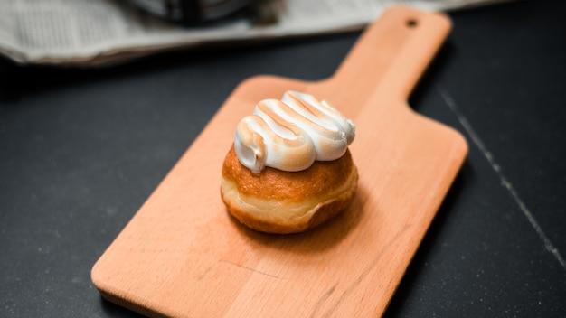 Hausgemachte aromatisierte donuts auf holzbrett