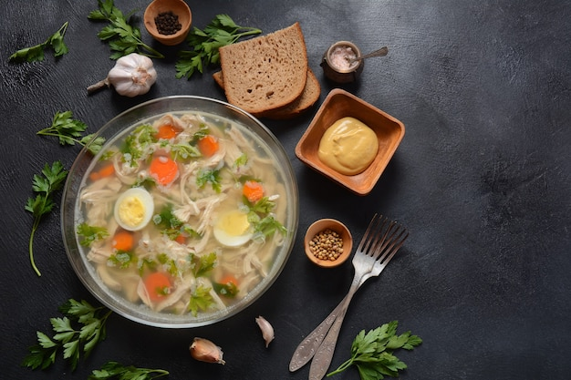 Hausgemachte aspik, geliertes hühnerfleisch mit kräutern und karotten. traditionelles russisches gericht holodets. serviert mit brot und senf oder/und meerrettich