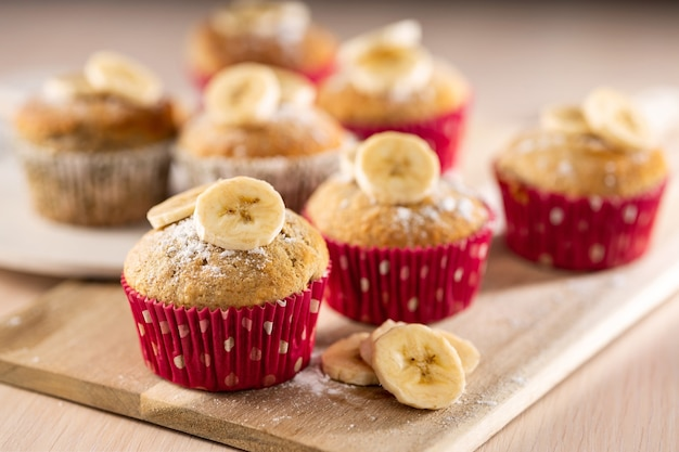 Hausgemachte bäckerei, bananen-muffins-dessert als einfaches rezeptkonzept