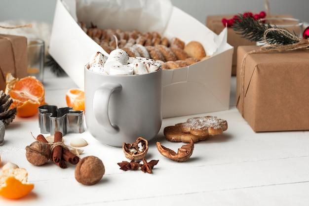 Hausgemachte bäckerei, lebkuchen in form von weihnachtsbaum.