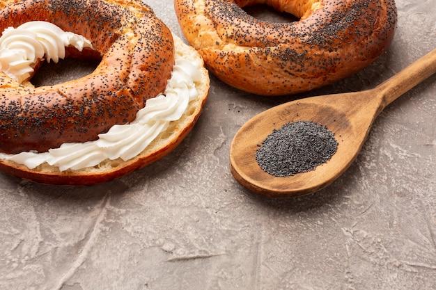 Hausgemachte bagels mit frischkäse