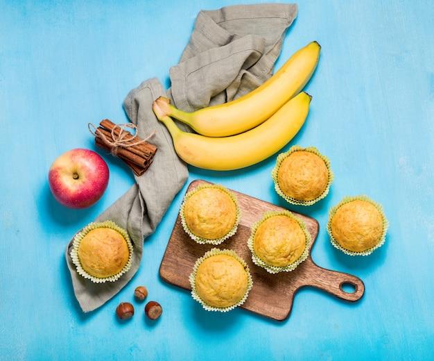 Hausgemachte bananen- und apfelmuffins, gesunder snack, vegan gebackene kuchen