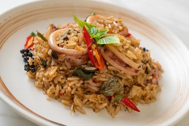Hausgemachte basilikum und würzige kräuter gebratener reis mit tintenfisch oder krake - asiatische art zu essen