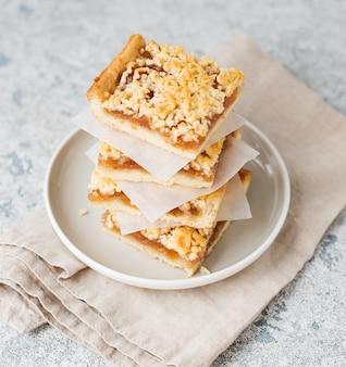 Hausgemachte beeren-streusel-riegel mit marmelade, hausgemachte kekse, selektiver fokus, nahaufnahme