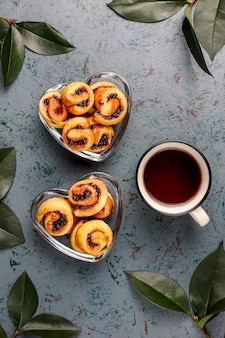 Hausgemachte beerenmarmelade gefüllte kekse, draufsicht