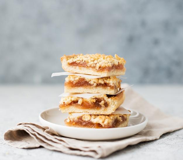 Hausgemachte beerenstreusel mit marmelade, hausgemachte kekse, selektiver fokus