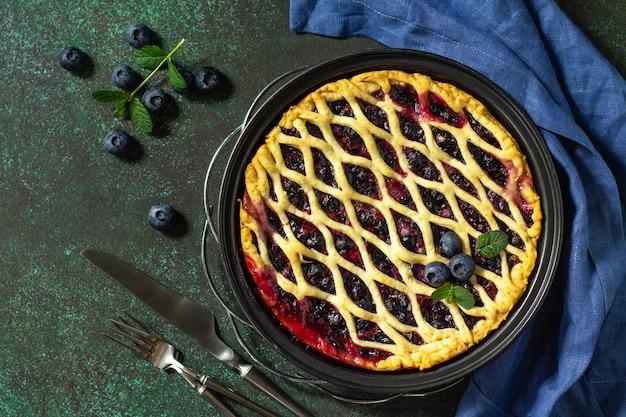 Hausgemachte beerentorte süße torte leckerer kuchen mit blaubeere draufsicht flach