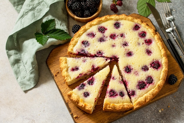 Hausgemachte beerentorte süße torte mit frischen brombeeren leckerer kuchen freier platz für ihren text