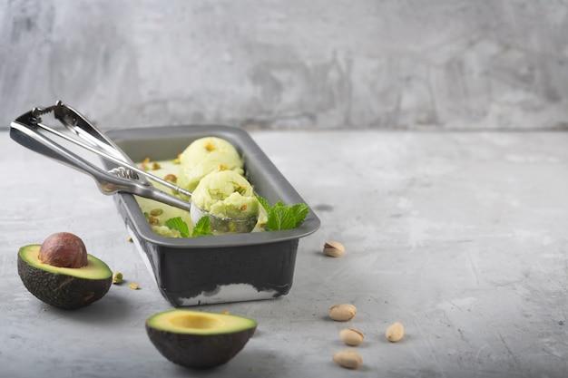 Hausgemachte bio-avocado und minzeis in einem metallbehälter mit kopierraum