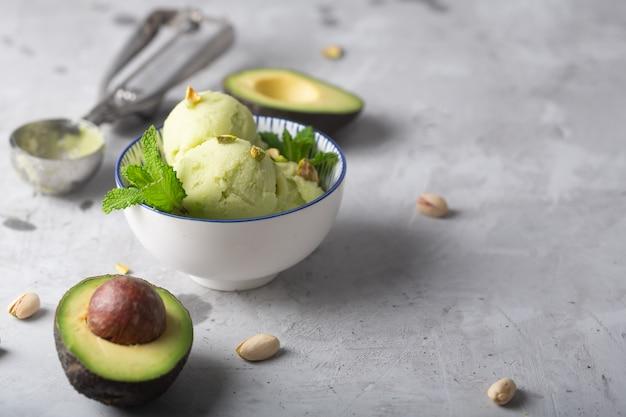 Hausgemachte bio-avocado und minzeis in einer schüssel mit kopierraum