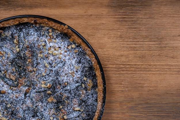 Hausgemachte bio blueberry pie dessert essfertig, nahaufnahme. blaubeertorte mit walnuss. nahaufnahme, ansicht von oben, kopienraum