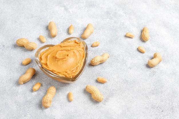 Hausgemachte bio-erdnussbutter mit erdnüssen