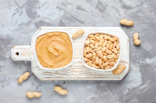 Hausgemachte bio-erdnussbutter mit erdnüssen.