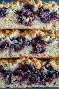 Hausgemachte bio-kirschkuchen-dessert verzehrfertig, nahaufnahme. kirschtorte