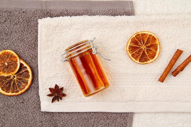 Hausgemachte bio-lotion mit natürlichen inhaltsstoffen. diy hautpflegekonzept. draufsicht, flach liegen