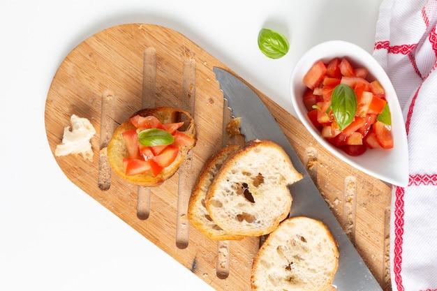 Hausgemachte bio-vegane tomaten bruschetta mit geröstetem baguette mit textfreiraum