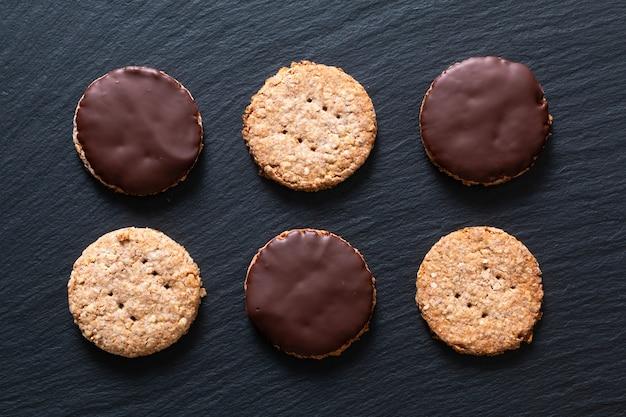 Hausgemachte bio-verdauung hafer und weizen kleie schokolade getauchte kekse