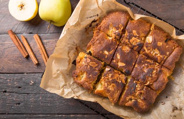 Hausgemachte blonde (blonde) brownies apfelkuchen quadratische scheiben