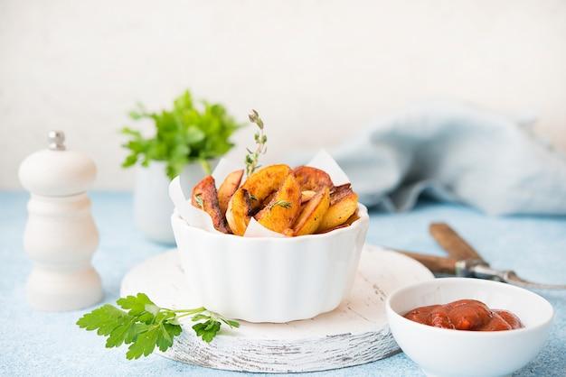 Hausgemachte bratkartoffeln mit kräutern und roter sauce