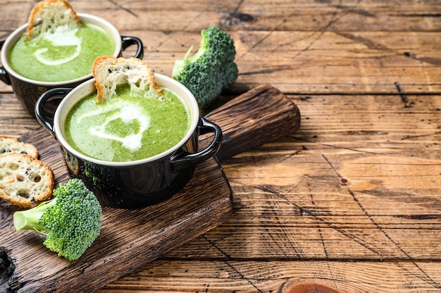 Hausgemachte brokkoli-spinat-cremesuppe in der schüssel