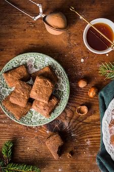 Hausgemachte brownies und honig flach legen