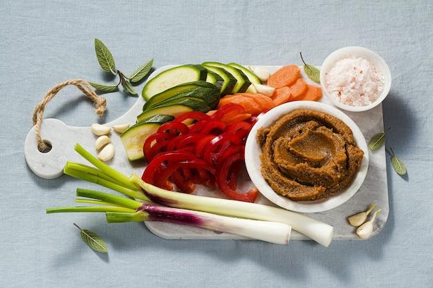 Hausgemachte brühe im bouillonwürfel mit frischem gemüse. gesunde küche