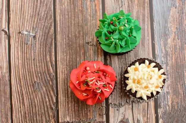 Hausgemachte bunte cupcakes auf holztisch