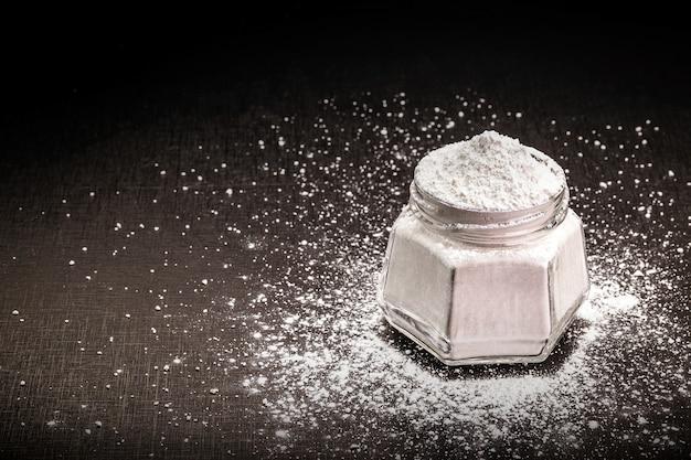 Hausgemachte chemische hefe, ein zusatzstoff, der in den kuchenteig gegeben wird, um ihn wachsen zu lassen, ohne aluminiumsulfat und natrium. gesundes essen.
