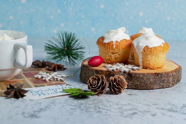 Hausgemachte cremige muffins auf holzoberfläche.