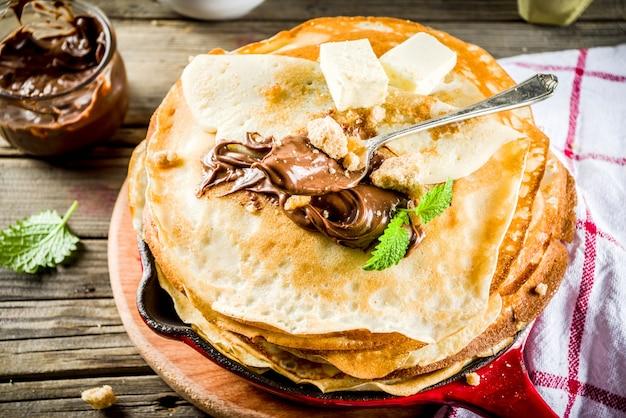 Hausgemachte crepes mit schokoladensauce