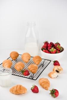 Hausgemachte croissants mit erdbeeren auf dem tisch