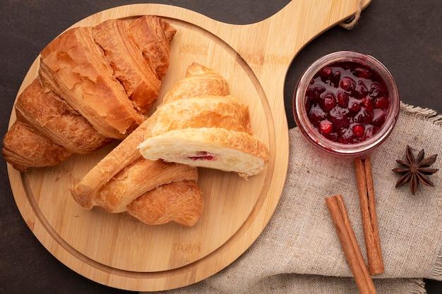 Hausgemachte croissants und zimtstangen