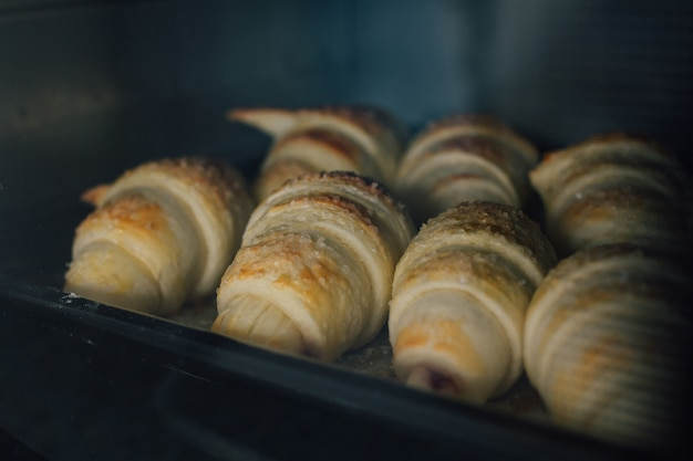 Hausgemachte croissants werden im ofen gebacken