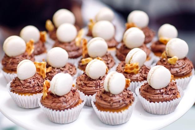 Hausgemachte cupcakes mit makronen.