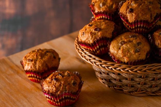 Hausgemachte cupcakes mit rosinen. traditionelles herbstgebäck auf einem hölzernen hintergrund.
