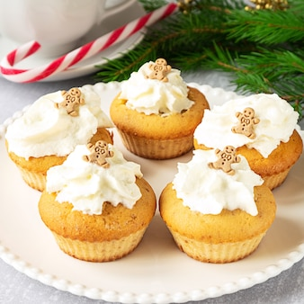 Hausgemachte cupcakes mit weihnachtsdekoration