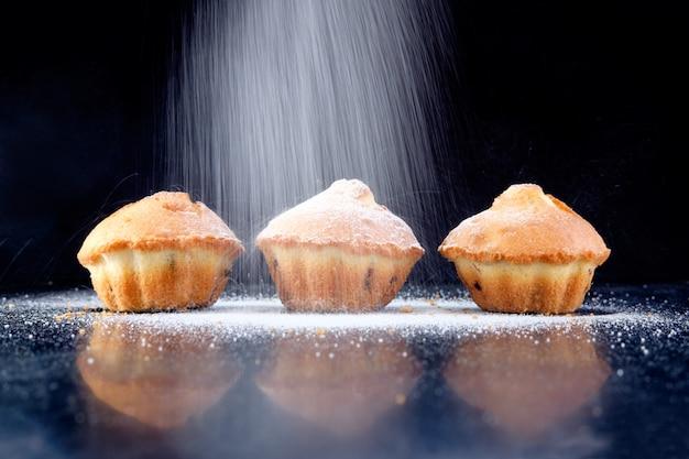Hausgemachte cupcakes mit zuckerpulver und rosinen